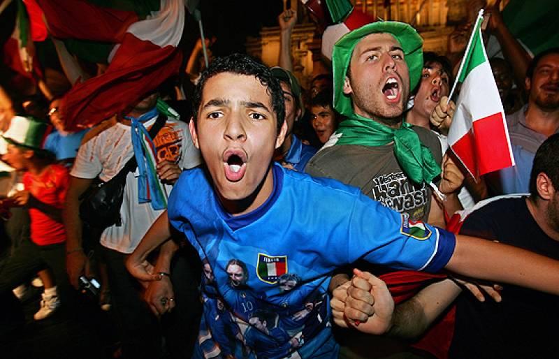Desde Venecia a Catania se celebró durante toda la noche el cuarto Mundial de fútbol que gana Italia. En Francia, el presidente recibió a los jugadores franceses y el público  aplaudió a sus jugadores.