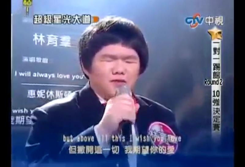 Antes de su participación en televisión, Lin Yu-chun era motivo de burlas y críticas; un chico gordito y anónimo. Para olvidarlas se refugió en lo que mejor sabe hacer: cantar. Ahora es todo un fenómeno de internet a nivel internacional tras su paso