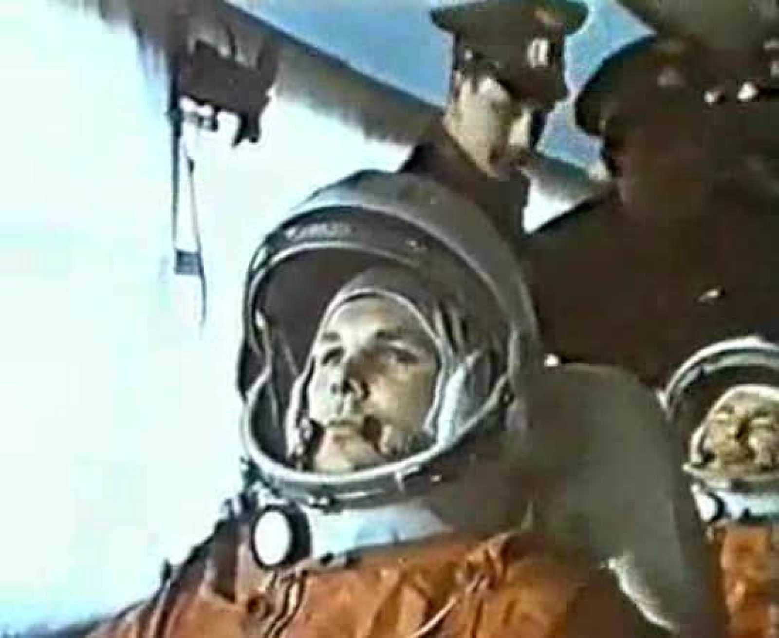 """El 12 de abril de 1961 Yuri Gagarín fue el primer ser humano en viajar al espacio. Gagarin viajó prácticamente """"de paquete"""" en su nave. Las autoridades soviéticas hicieron trampa para que se certificara el vuelo. Fue su único vuelo al espacio."""