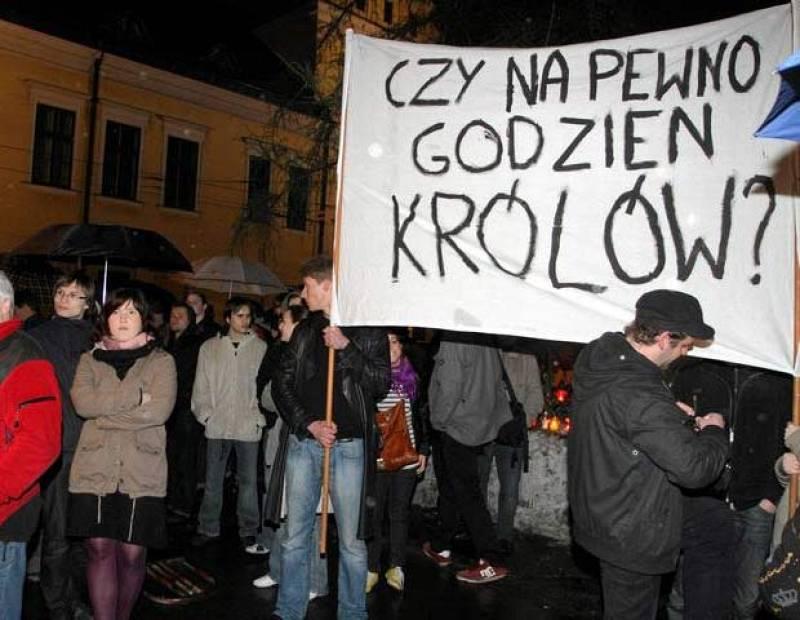 El entierro del presidente polaco, Lach Kaczynski, y su esposa en la catedral de Cracovia donde descansan los restos de los reyes polacos ha provocado las primeras protestas en el país en medio del ambiente de unidad creado.