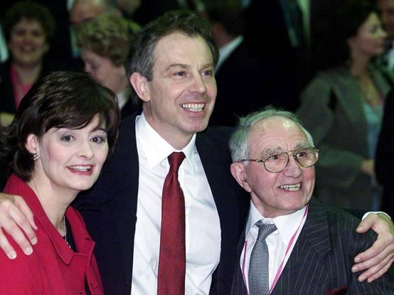 Con más de 100 diputados por encima de la suma del resto de grupos políticos juntos, Tony Blair resultó reelegido en 2001 en plena cresta de la ola política.