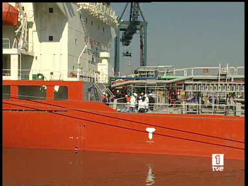 El puerto de Barcelona ha recibido hoy el primer buque con agua para el consumo, medida que se mantendrá pese al incremento del nivel de los pantanos tras el último temporal (13/05/2008).