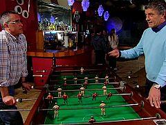 Volver con... - Francisco jugando al futbolín