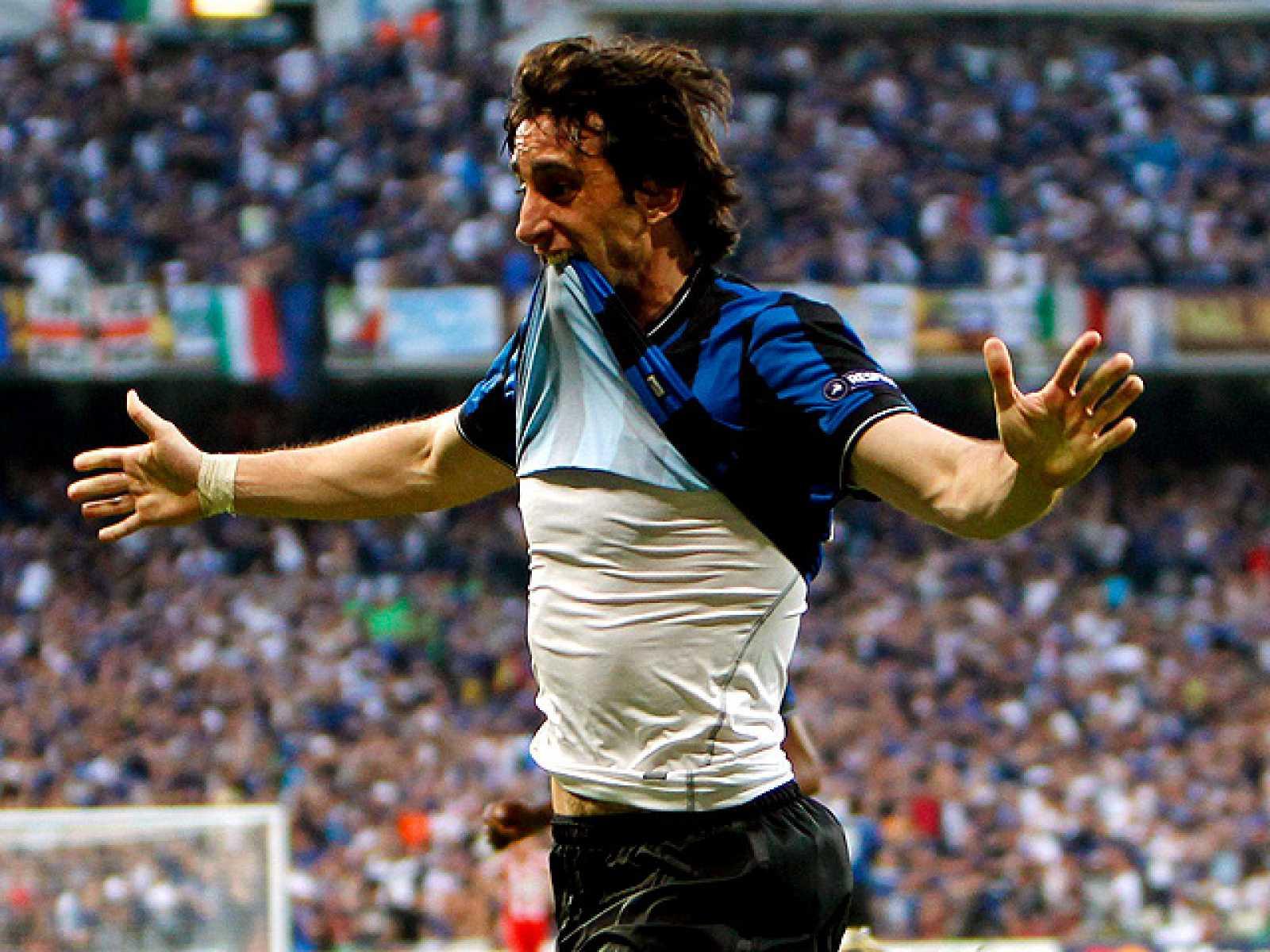 Diego Milito ha marcado el primer gol de la final de la Champions 2010 después de una jugada comenzada por un pase largo del portero Julio César.