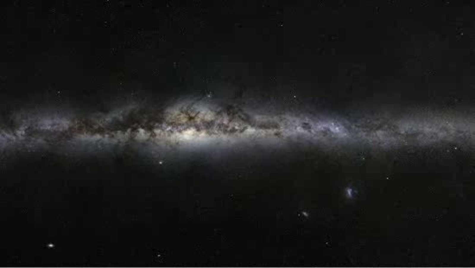 El Observatorio Europeo Austral (ESO) ha divulgado una nueva fotografía de la Gran Nube de Magallanes, una de las galaxias más cercanas a la Vía Láctea. En ella se aprecia todo un zoológico cósmico, lleno de cúmulos globulares y brillantes explosione
