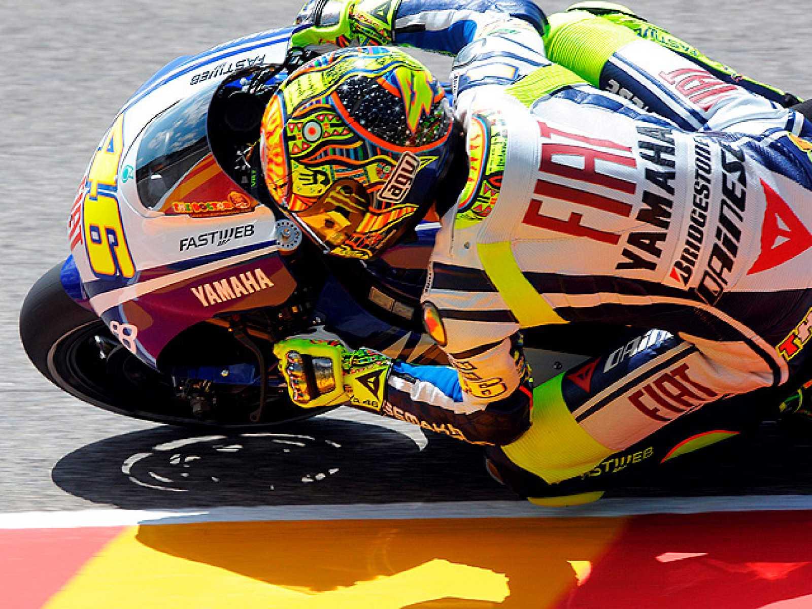 Valentino Rossi marca el mejor tiempo en los entrenamientos libres del GP de Italia y mete presión a sus rivales, a pesar de que aún se resiente de su lesión en el hombro.