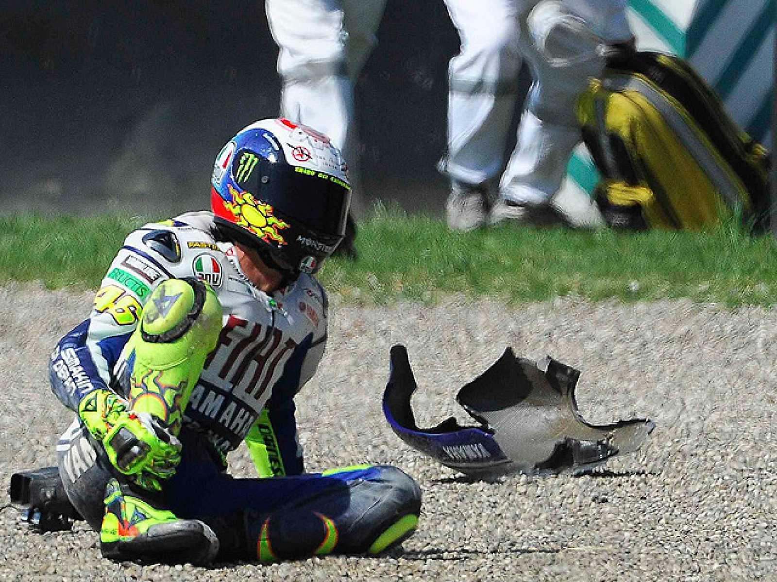 Una de las cámaras de seguridad del circuito de Mugello ha logrado captar la caída de Valentino Rossi. Por otro lado, su máximo rival, Jorge Lorenzo, ha lamentado la caída de Valentino ya que es un palo para el motociclismo y desea una rápida vuelta