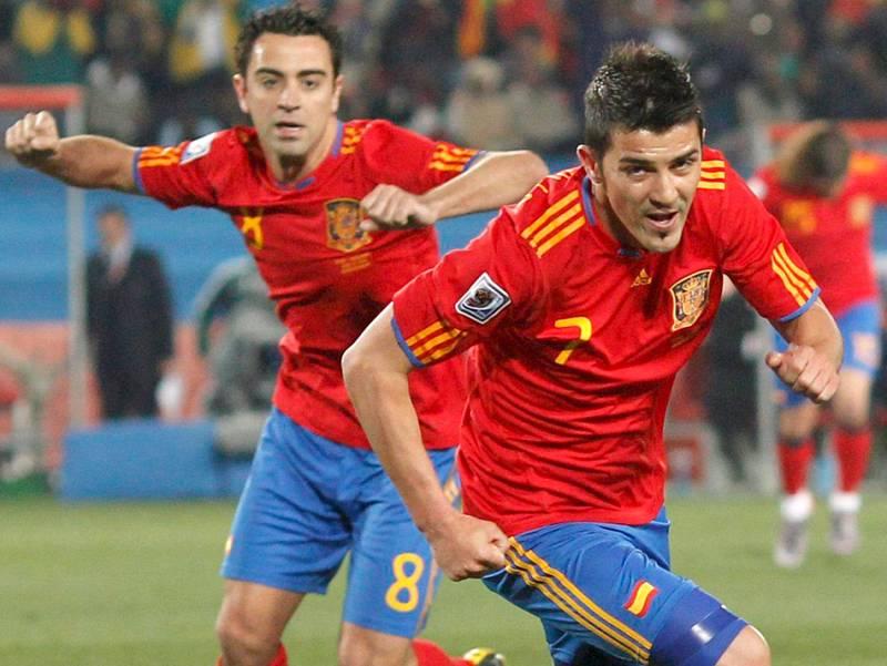 España ha logrado sus tres primeros puntos en el Mundial al derrotar a Honduras por 2-0 en una clara victoria de la Roja, que perdonó la goleada a los centroamericanos. El equipo de Del Bosque pudo haber conseguido más goles pero acabó el partido con