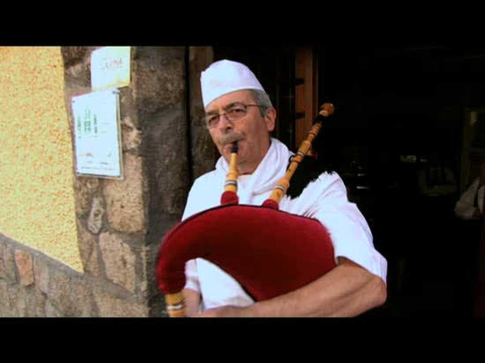 El cocinero de uno de los restaurantes del barrio, rinde homenaje a Ángel Nieto tocando la gaita