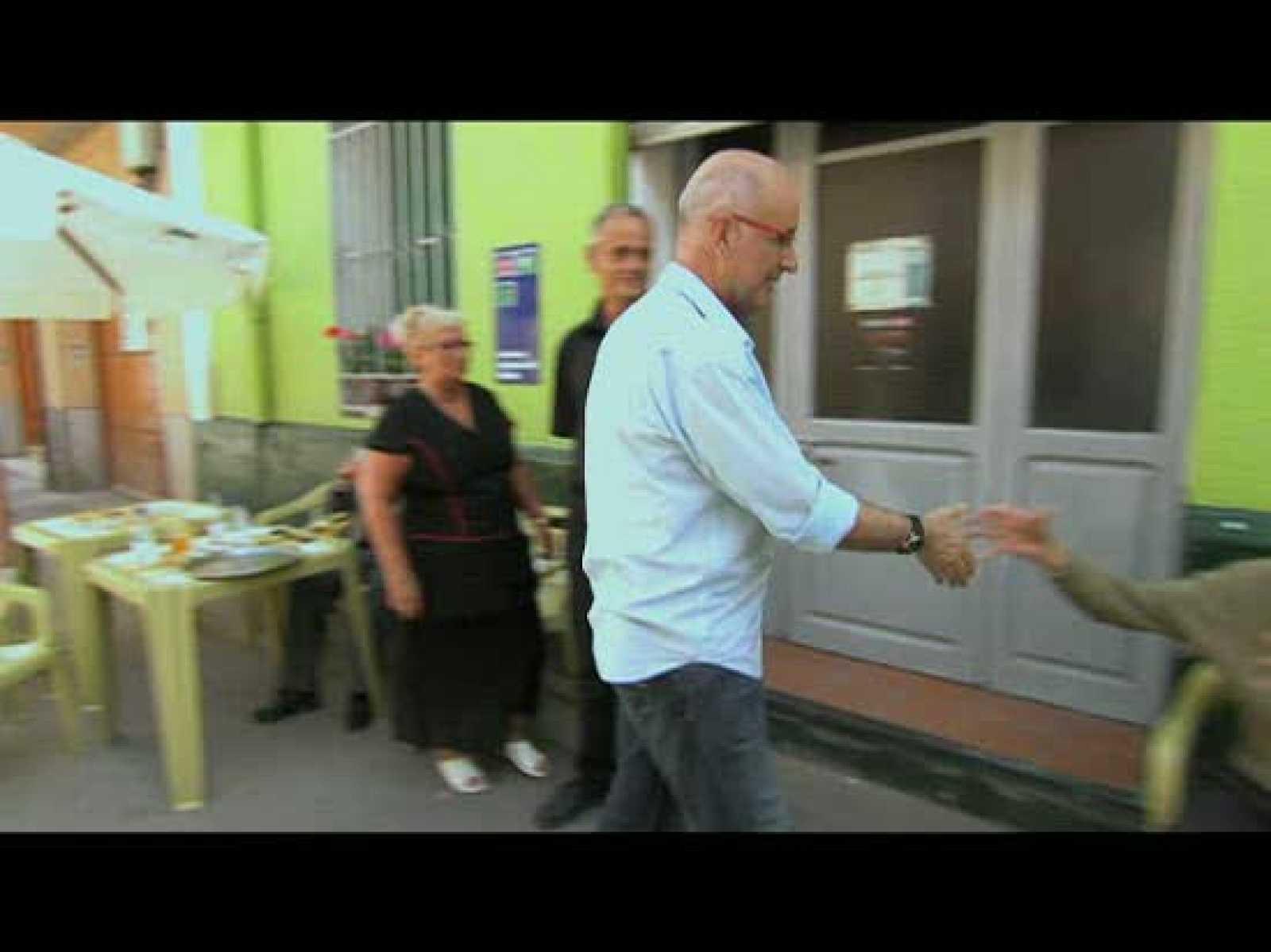 Duran I Lleida charla animadamente con un grupo de vecinos del pueblo