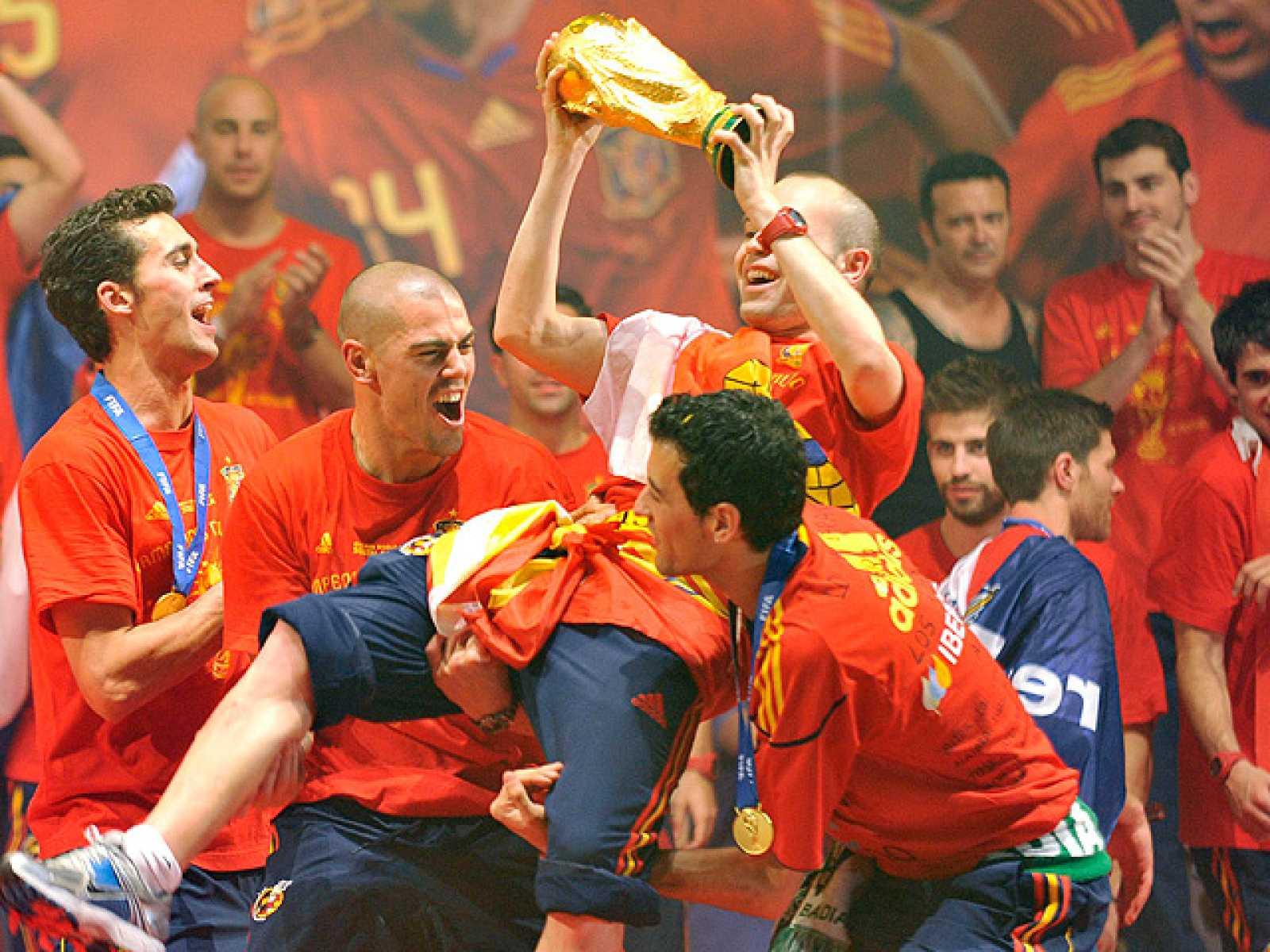 De nuevo el show de Reina ha sido el punto culminante de la celebración de de la selección española. Ya lo hizo con la Eurocopa y ahora repite con el Mundial. En el escenario, Iniesta fue uno de los más aclamados y fue manteado por sus compañeros. Me