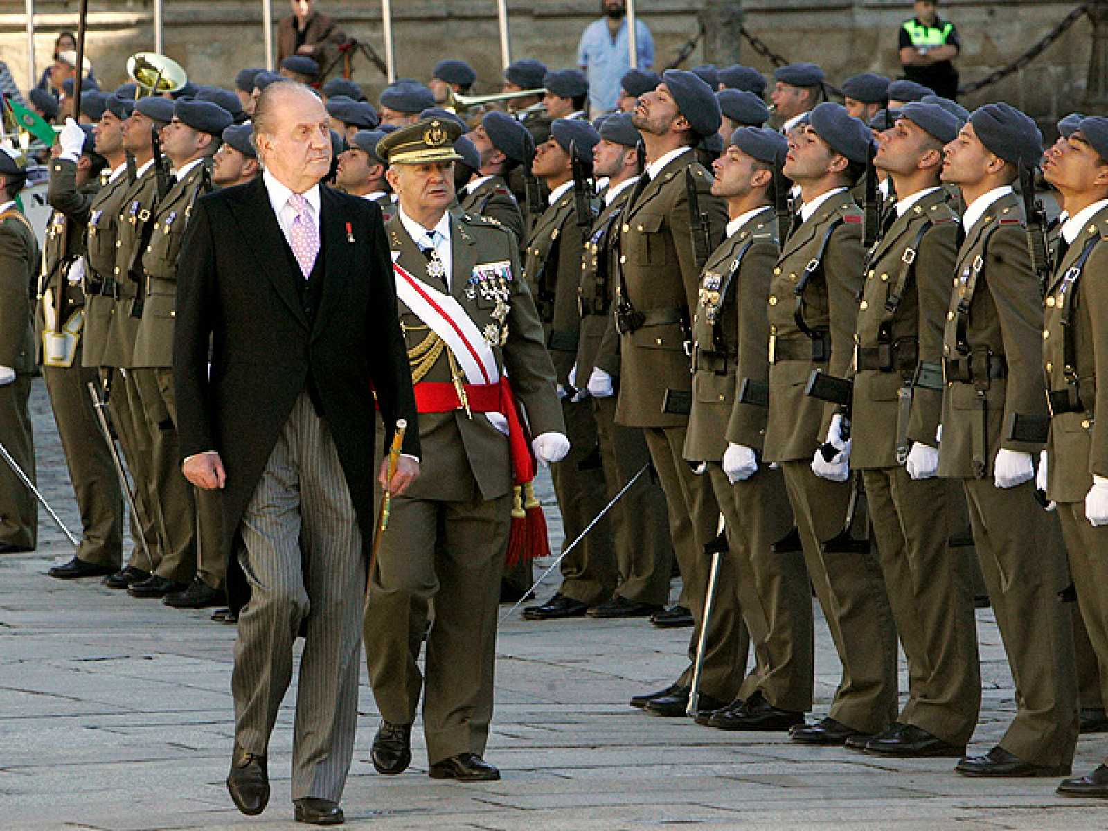 El Rey Don Juan Carlos, acompañado de Doña Sofía, ha realizado este domingo la Ofrenda Nacional al Apóstol Santiago.