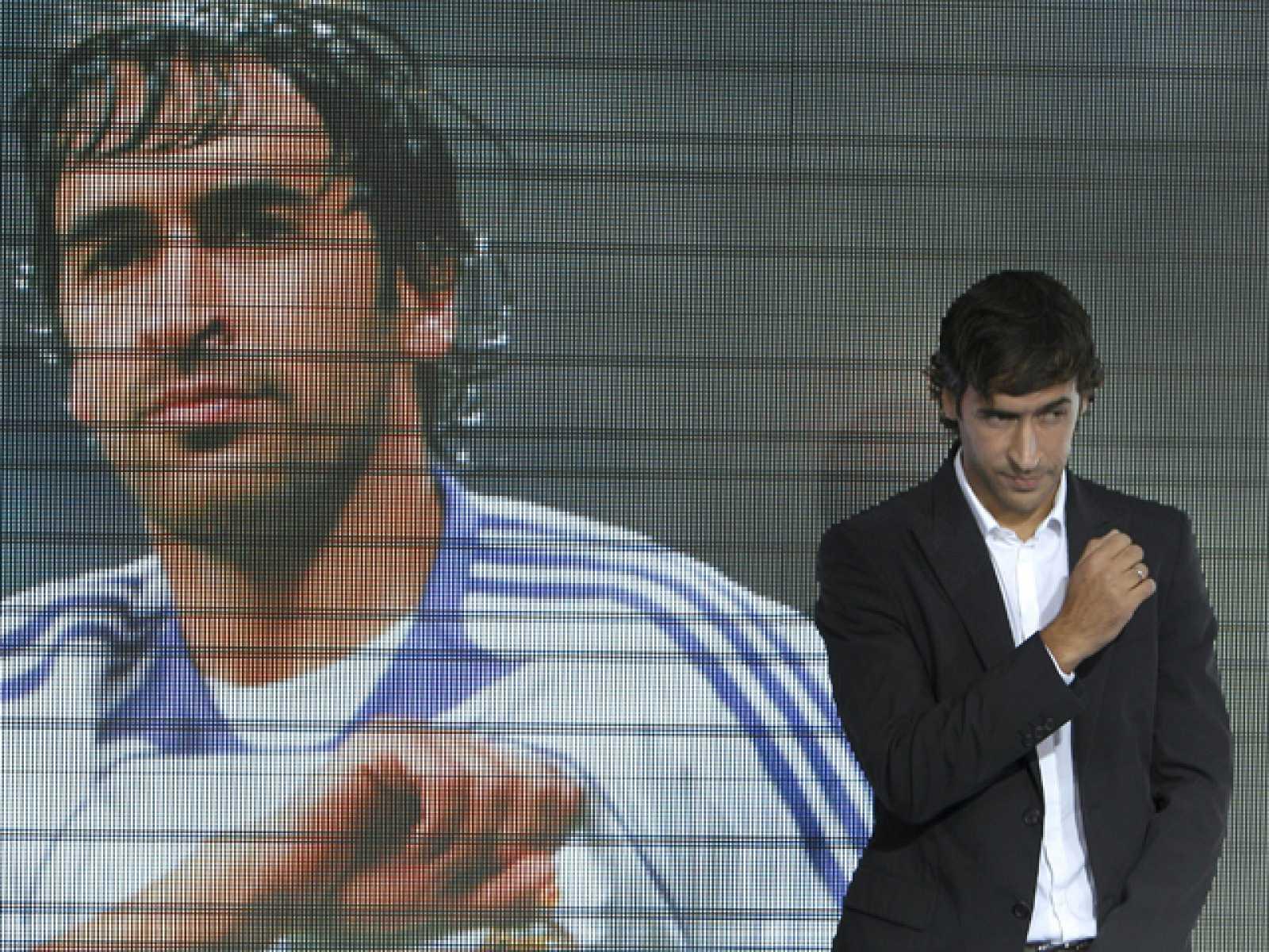 """Raúl Gonzalez ha dicho adiós al Real Madrid en un emotivo acto en el que ha estado acompañado de Jorge Valdano, y el presidente blanco. El capitán del Madrid ha asegurado que """"me voy, pero esta será siempre mi casa""""."""