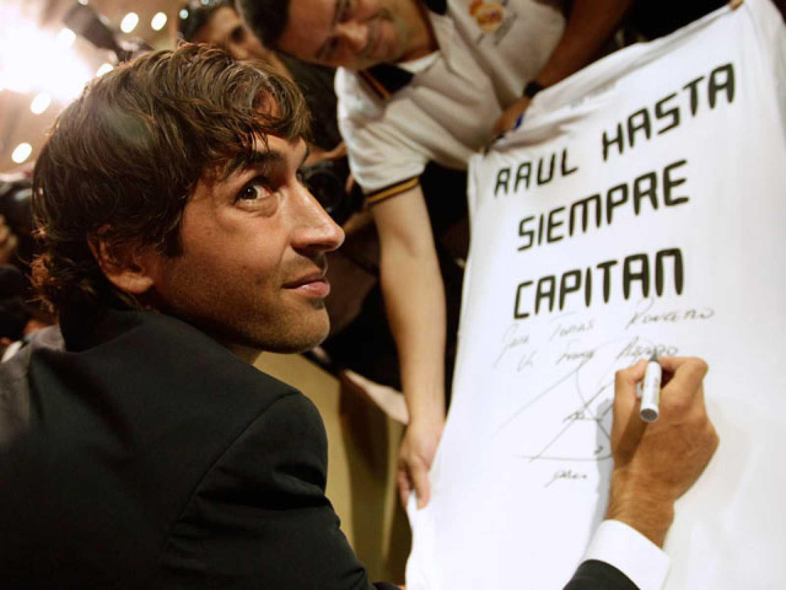Raúl González Blanco ha dicho adiós a 16 años de carrera en el Real Madrid, el equipo de su vida, del que se ha despedido con la intención de volver, junto a Florentino y Valdano. El argentino, que le hizo debutar en 1994, sólo ha puesto a Di Stéfano