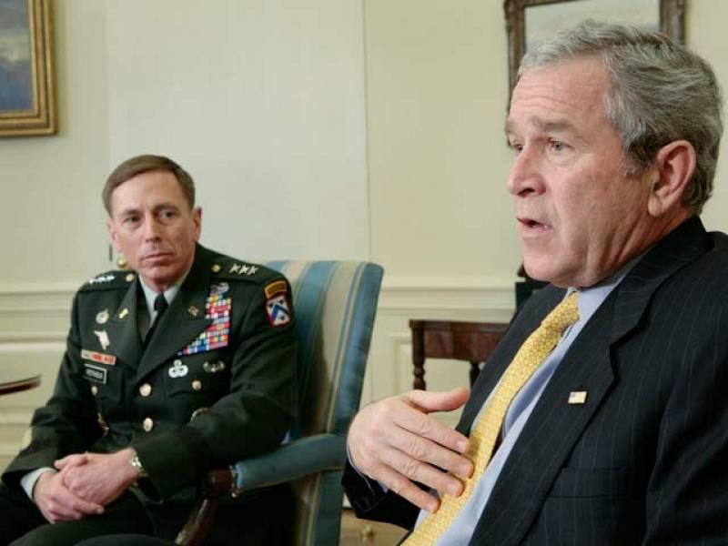 En enero de 2007 el presidente de EE.UU. George W. Bush cambia de estrategia y de tono sobre la guerra de Irak. Anuncia que envía 20.000 soldados más pero ya no habla de quedarse en Irak hasta la victoria.
