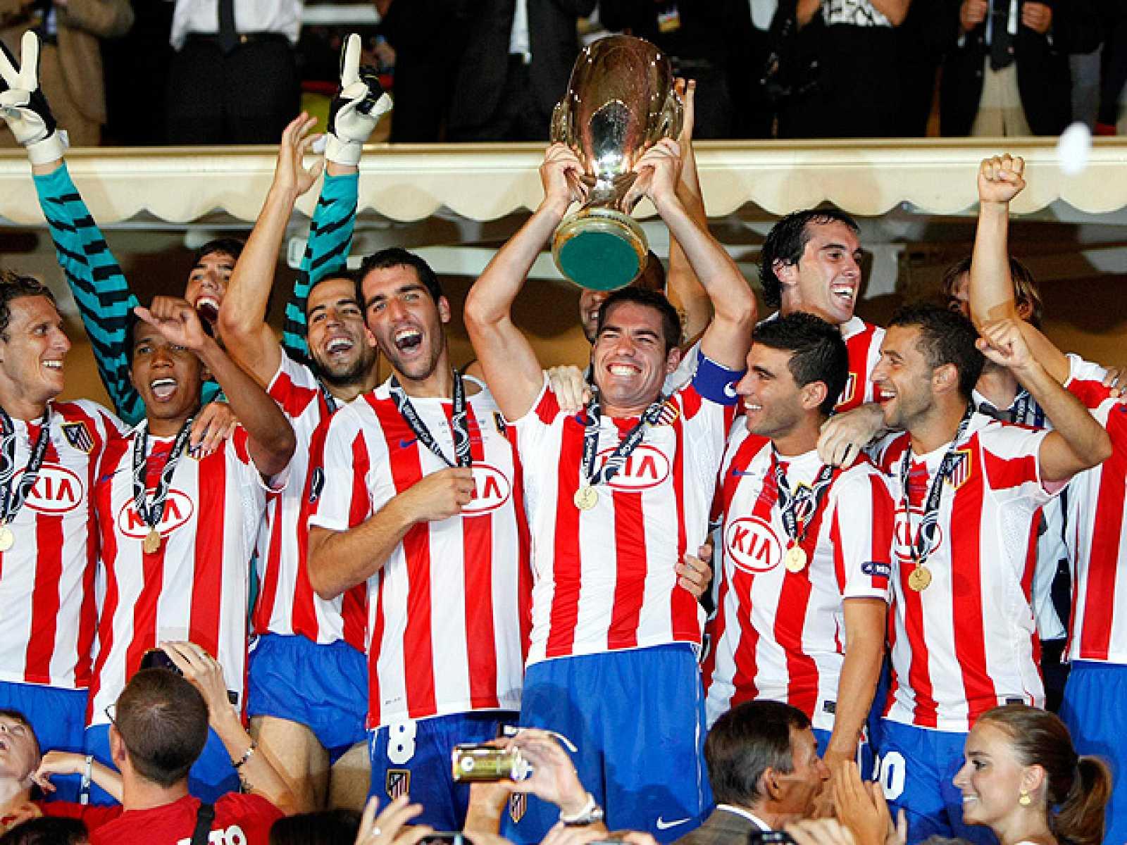 Los jugadores del Atlético, en el palco del Luis II de Mónaco, reciben el título que les convierte en los nuevos 'Supercampeones de Europa'.