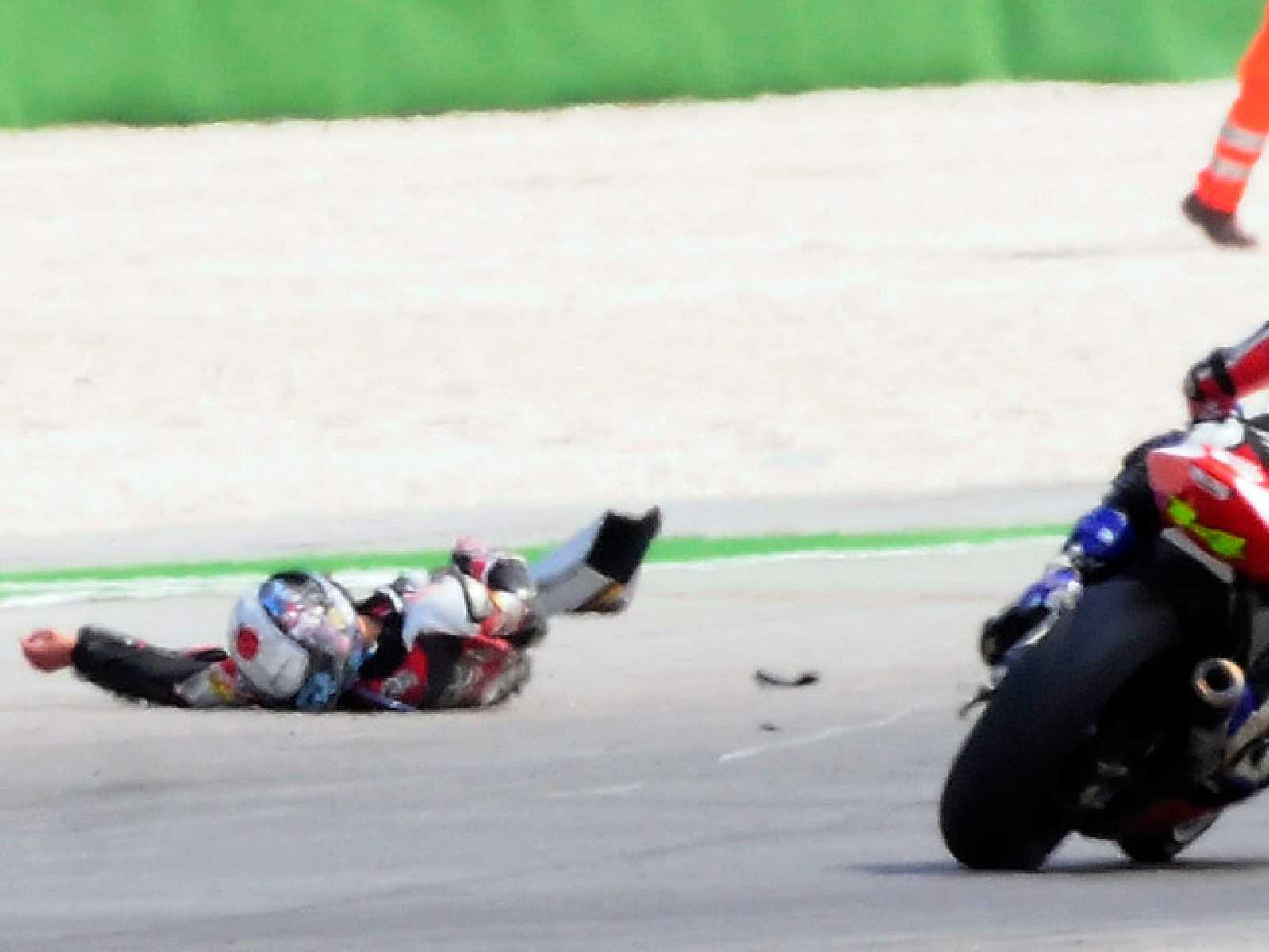En la carrera de Moto2 de Misano se ha visto uno de los accidentes más brutales que se recuerdan, y que ha supuesto la muerte del piloto japonés Shoya Tomizawa.