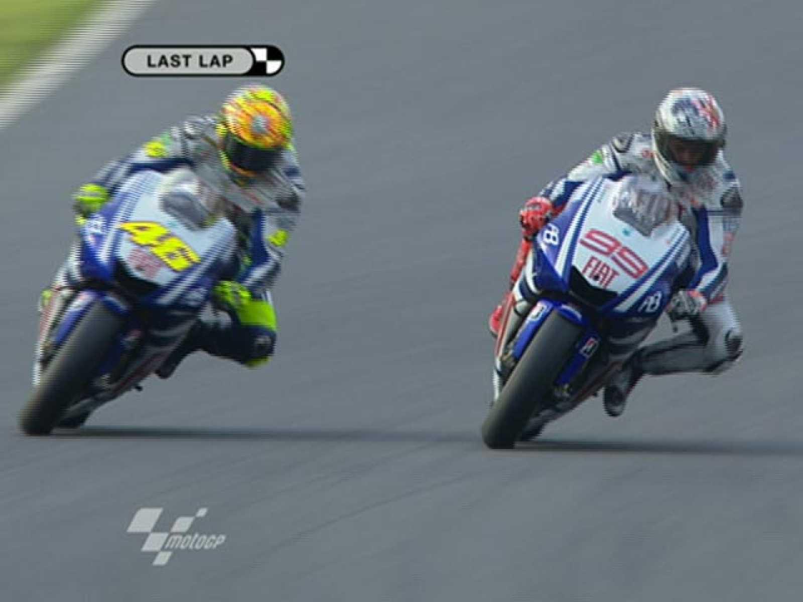 Valentino Rossi y Jorge Lorenzo han protagonizado una espectacular batalla sobre la pista de Motegi.
