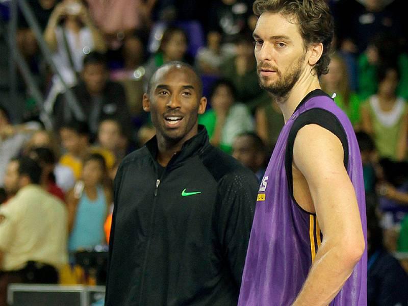 """El mejor jugador del mundo, Kobe Bryant, ha piropeado a su compañero de equipo en los Lakers, el español Pau Gasol, del que ha asegurado que no lo cambiaría por nadie porque literlamente, le """"encanta"""". Ambos se encuentran en Barcelona preparando el a"""