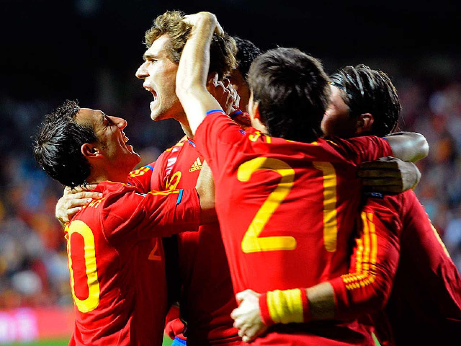 El delantero del Athletic Fernando Llorente propició con sendos  goles de cabeza la segunda victoria de la selección española en la  fase de clasificación para la Eurocopa de 2012, después de imponerse  a Lituania (3-1) en lo que fue una trabajada vi