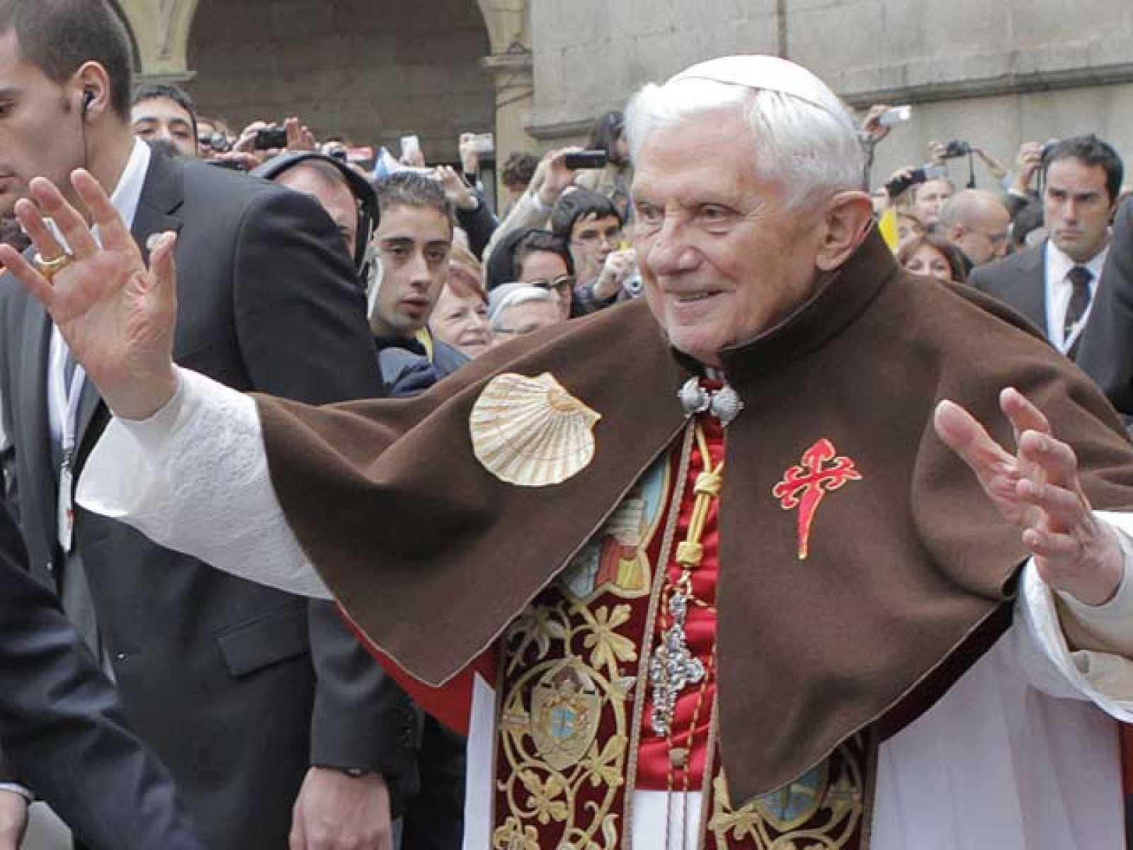 Benedicto XVI ha llegado a Santiago y se ha dirigido a la catedral, donde ha realizado el mismo ritual que los peregrinos