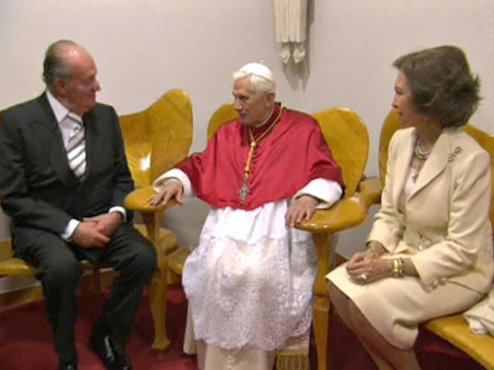Los Reyes se reúnen con el Papa a su llegada al templo de la Sagrada Familia
