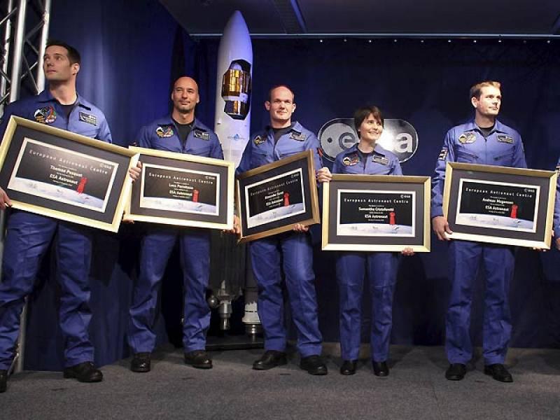 La Agencia Espacial Europea (ESA) ha presentado en la ciudad alemana de Colonia a sus seis nuevos astronautas europeos son Samantha Cristoforetti (Italia), Alexander Gerst (Alemania), Andreas Mogensen (Dinamarca), Parmitano Luca (Italia), Timothy P