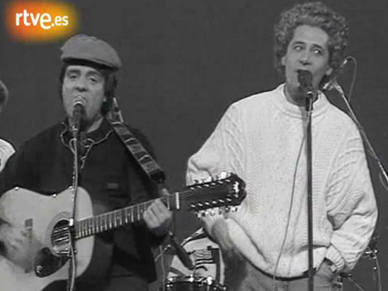 Martes y Trece imitan a Simon y Garfunkel
