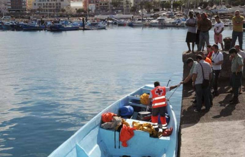 Llega un cayuco a Canarias con 68 inmigrantes, dos de ellos muertos y un tercero muere tras llegar a puerto (25/05/08).