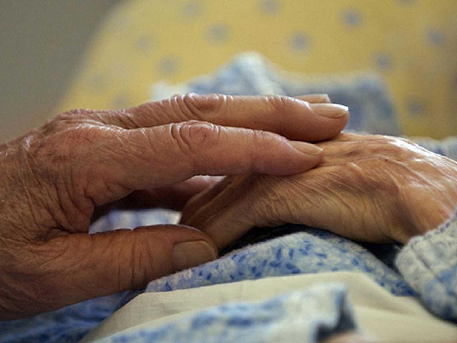 Los familiares de enfermos de Alzheimer dedican una media de seis años a cuidarles
