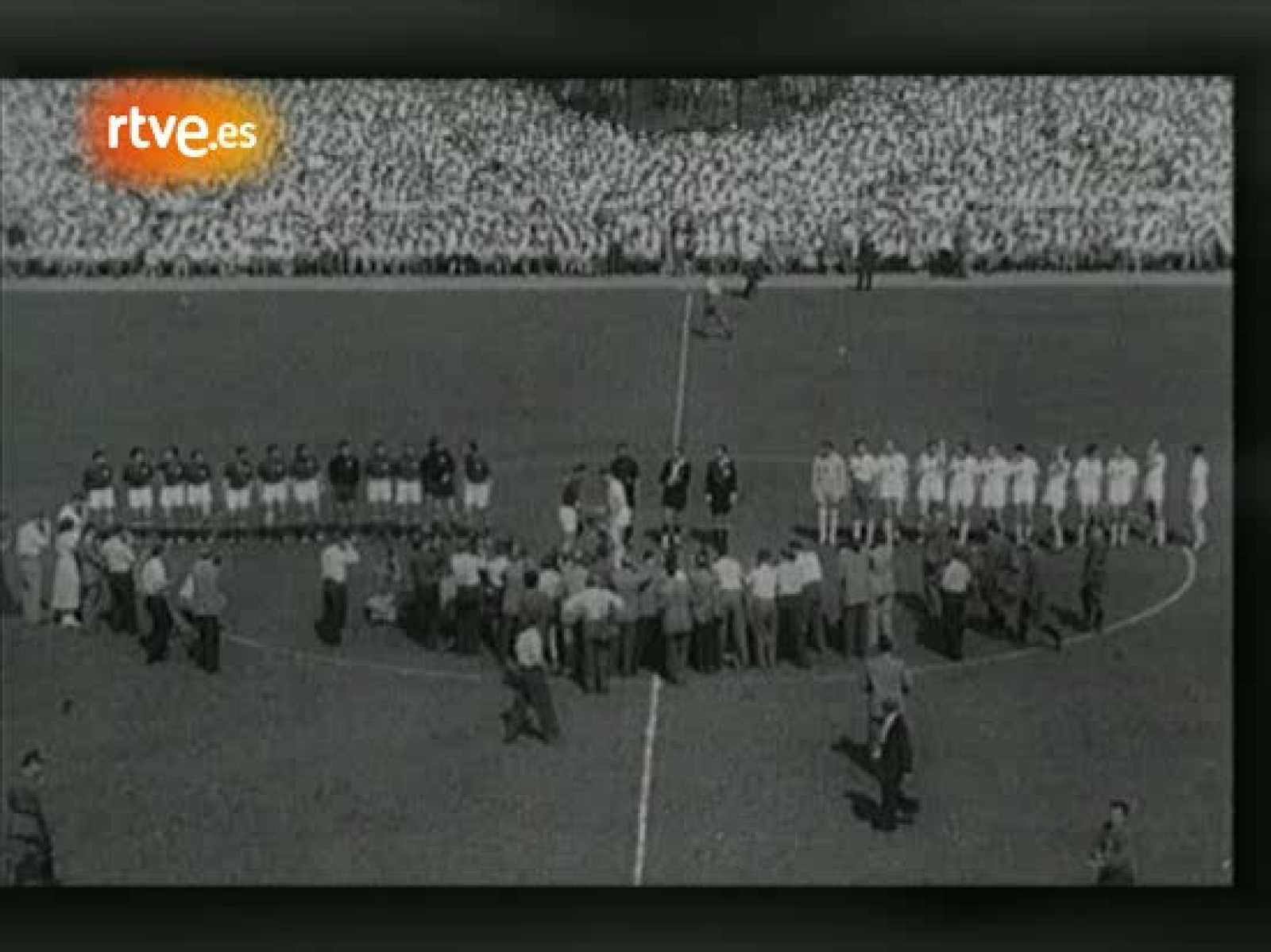 En los inicios del balonmano se jugaba en campos de fútbol y once contra once. Las reglas fueron cambiando, pero hubo un tiempo en que fútbol y balonmano estaban unidos