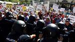 Los pensionistas forcejean con la Policía