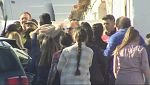 Los vecinos del asesino confeso de Laura rompen el cordón policial durante la reconstrucción de los hechos
